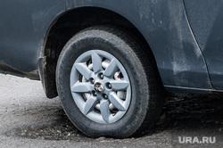 Ямы на дорогах Екатеринбурга, яма на проезжей части, колесо автомобиля