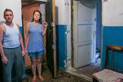 Бездомная семья. Курган, лестничная площадка, разруха, дом под снос