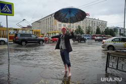 Затопленный перекрёсток на Ленина-Карла Либкнехта. Екатеринбург, лужа, дождь, прохожий, зонт, непогода