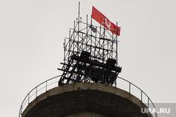 Флаг серпа и молота на недостроенной телебашне. Екатеринбург, телебашня, серп и молот, флаг, недостроенная телевышка