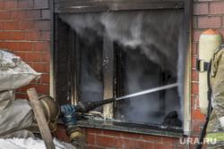 Пожар на улице Карьерной, 30. Екатеринбург, дым, пожар, брандспойт, вода из шланга