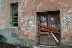 Бездомная семья. Курган, дом под снос, заколоченная дверь