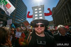 Митинг против закона о реновации Москвы. Москва, плакаты, пятиэтажка, шапка, митинг