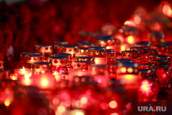 Вечер памяти жертв теракта в Питере, Манежная площадь. Москва, свечи, цветы