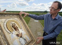 Евгений Беляев проводит экспертизу невьянской иконы. Екатеринбург