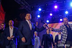 Губернатор Владимир Якушев поет с хором Турецкого, концерт на пешеходном бульваре. Тюмень