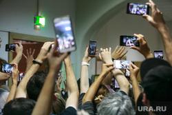 Заседание Басманного суда о вынесении решения о мере пресечения по уголовному делу Кириллу Серебренникову. Москва, снимает на телефон