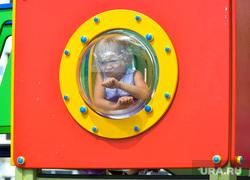 Сергей Степашин во время рабочего визита в Челябинск, лето, девочка, малые формы, детская площадка, дети