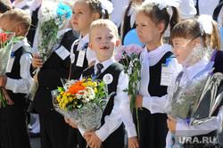 1 сентября линейка в школе 107 Челябинск, школа, первоклашки, мальчик беззубый