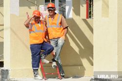 Рабочая поездка врио губернатора Свердловской области Евгения Куйвашева в Красноуральск, строители, мигранты, перекур, строительная площадка, рабочие