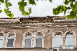 У здания по адресу Ленина 21 отвалилась лепнина.Курган, улица ленина21, аварийный фасад, отвалившаяся лепнина
