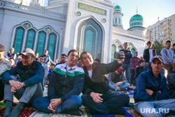 Праздничный намаз в Курбан Байрам у Соборной мечети. Москва, мусульмане, селфи, соборная мечеть