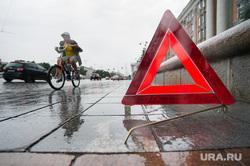Знак аварийной остановки. Екатеринбург, велосипедист, знак аварийной остановки, дтп
