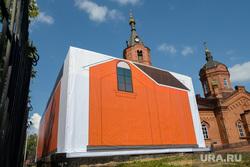 Проблемный гараж, закрытый баннером у собора Александра Невского в городе Курган, собор александра невского, гараж