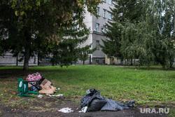 Мусор под окнами правительства области. Курган, городской сад, куча мусора