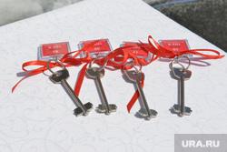 Сергей Степашин во время рабочего визита в Челябинск, новостройки, новое жилье, ключи от квартир