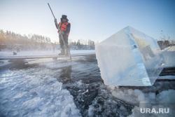 Пилят лёд для новогоднего городка в Екатеринбурге. Северка, заготовка льда