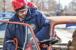 Тренировка Курганских спасателей. Курган., спасатели, гидравлические ножницы, разрезание автомобиля, учения при дтп