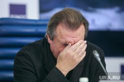 Пресс-конференции в ТАСС, посвященная Неделе российского кино в Великобритании, с участием Алексея Учителя. Москва, фэйспалм, жест рукой, учитель алексей