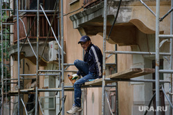 Надписи на криминальную тему на стенах и другие снимки Екатеринбурга, строительные леса, ремонт дома, капремонт, рабочие