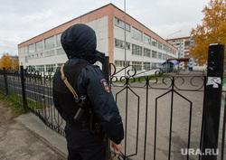 Эвакуация 18 школы после обнаружения предмета похожего на взрывное устройство. Сургут, автоматчик, полиция, оцепление, 18 школа, полицейский с автоматом, бомба в школе