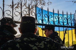 Севастополь. Крым. Ночь в воинской части А4515. в ожидании штурма, флаг украины, солдаты