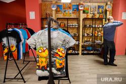 Персональная выставка-галерея Васи Ложкина (Алексея Куделина) в ТЦ «Европа». Екатеринбург, вася ложкин, футболки, сувенирная лавка, магазин, сувенирка, картины ложкина