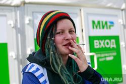Рок-фестиваль «Нашествие-2017», первый день. Завидово, Тверь, сигарета, фанаты, неформалы, платежная система мир, рок, растаман, девушка курит