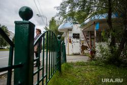 Остановочные павильоны. Сургут, остановка общественного транспорта, Остановочный павильон, дзержинского, зеленый забор