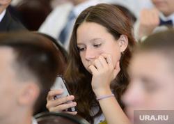 Всероссийский открытый урок Россия, устремленная в будущее. Челябинск, телефон, девушка, школьница, гаджет