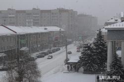 Курган в снегу, метель, город, снегопад