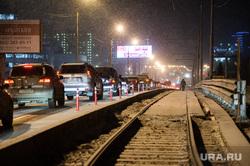 Движение по Макаровскому мосту. Екатеринбург, движение, макаровский мост, ночь, трамвайные пути, автомобили, ночное время, вечер