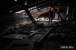 Выездное заседание комиссии правительства региона по предупреждению и ликвидации чрезвычайных ситуаций. Свердловская область, Нижний Тагил, крыша, мусор, разруха, ветхое жилье, чердак дома