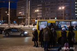 Виды Екатеринбурга, толпа, остановка, маршрутка, пассажиры, общественный транспорт, толкучка