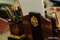 Интервью Вадимом Дубичевым. Екатеринбург, кабинет чиновника, карандаши, подставка