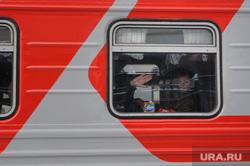 Подготовка поезда дальнего следования к рейсу: проводница в пассажирском вагоне. Екатеринбург, путешествие, поездка, железная дорога, отпуск, пассажирский поезд
