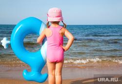 Клипарт depositphotos.com, море берег, пляж, ребёнок на берегу, резиновый кит, синий кит