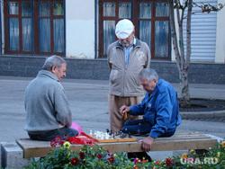 Открытая лицензия от 09.09.2016. Пенсионеры, старики, дедушка, пенсионеры на скамейке, шахматы