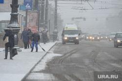 Снегопад. Челябинск, площадь революции, остановка общественного транспорта, снег