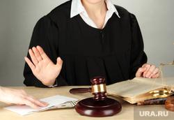 Новиков Илья, взятка, молоток, правосудие, судья, суд, судебные разбирательства, деньги в конверте, мантия