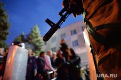 Ситуация на востоке Украины. Луганск. Захват здания МВД, оцепление, автомат, оружие, луганск, захват мвд