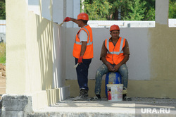 Рабочая поездка врио губернатора Свердловской области Евгения Куйвашева в Красноуральск, строители, мигранты, перекур, рабочие, покраска