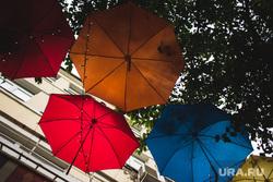 Виды Екатеринбурга, деревья, дождь, зонтики, плохая погода