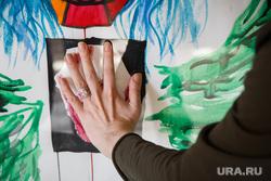 Маг-вуду Антон Симаков на презентации своих картин. Екатеринбург, рука, отпечаток ладони