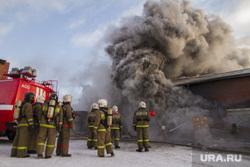 Пожар на улице Карьерной, 30. Екатеринбург, дым, пожар, пожарные