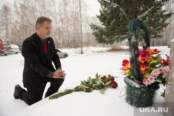 Пауэрс-мл возлагает цветы к мемориалу лётчика Сафронова. Необр