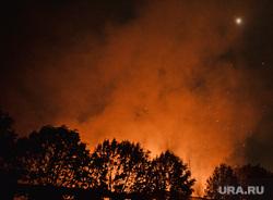 Мариуполь. Мародерство и пожар в поспешно оставленной военными воинской части. Украина, пожар, огонь, вечер