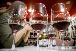 Дегустация молодого вина Божоле Нуво накануне одноименного французского праздника «Нового Божоле». Екатеринбург, бокалы, винотека, алкоголь, красное вино, дегустация вина, выпивка