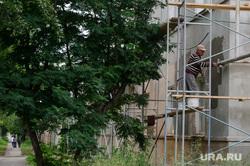 Надписи на криминальную тему на стенах и другие снимки Екатеринбурга, рабочие, строительные леса, ремонт дома, капремонт
