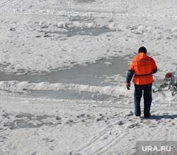 Подготовка к безопасному половодью. Резка льда на реке Тобол. Курган, распиловка льда, река тобол